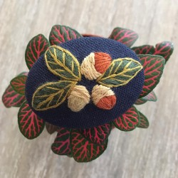 Broche brodée « Fruits d'automne »