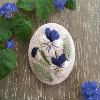 Broche brodée «Trois petites violettes »